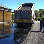 Covering bitumen with sealing aggregate